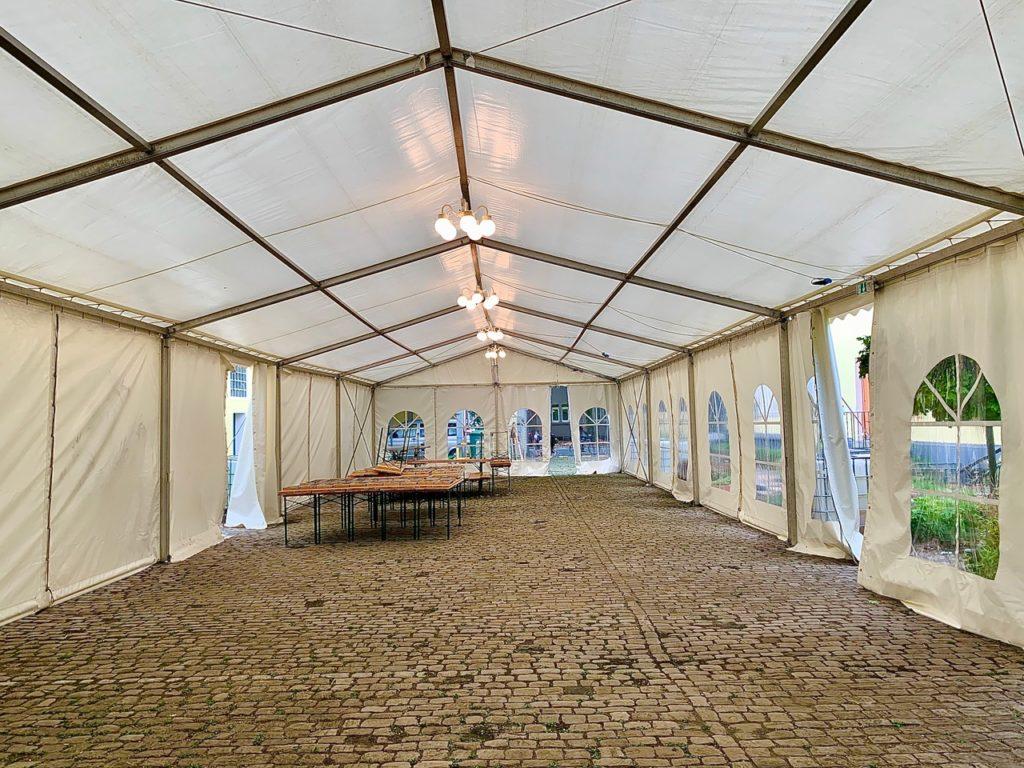 Das aufgebaute Zelt der Löwenzahn Erziehungshilfe